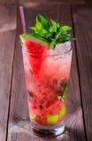 Свежий smoothie питья арбуза с мятой, льдом и известкой в стекле на деревянной предпосылке Стоковые Изображения