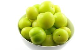 Свежий turkish может плодоовощи сливы erik в малом белом шаре Стоковое Изображение RF