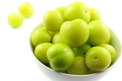 Свежий turkish может плодоовощи сливы erik в малом белом шаре Стоковые Фото