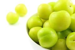 Свежий turkish может плодоовощи сливы erik в малом белом шаре стоковое фото