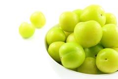 Свежий turkish может плодоовощи сливы erik в малом белом шаре стоковые изображения rf