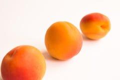 3 свежих абрикоса в раскосной линии Стоковые Фото