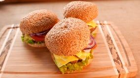 3 свежих аппетитных гамбургера с салатом и томатом сток-видео