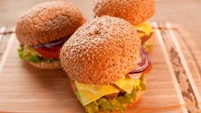 3 свежих аппетитных гамбургера с салатом и томатом видеоматериал