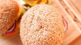 3 свежих аппетитных гамбургера с салатом и томатом closeup сток-видео