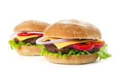 2 свежих бургера изолированного на белой предпосылке Стоковая Фотография