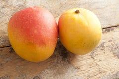 2 свежих всех сладостных тропических манго Стоковые Фото