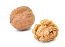 2 свежих грецкого ореха на белой предпосылке Одно из их crashe Стоковые Изображения RF