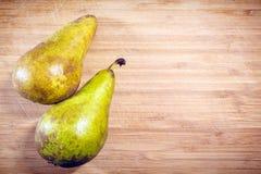 2 свежих груши, который не слезли на деревянной доске Витамин, здоровая еда стоковое изображение