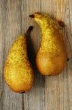 2 свежих груши на деревянной предпосылке Стоковые Фотографии RF