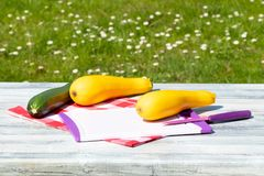 2 свежих желтых и одних зеленых courgette разделочная доска с k Стоковая Фотография