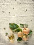 3 свежих зеленых яблоки и сока на стороне Стоковые Изображения RF