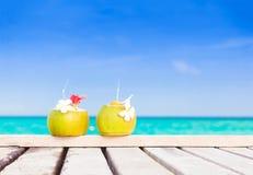 2 свежих коктеиля кокоса на тропическом пляже Стоковое фото RF
