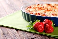 3 свежих красных клубники перед пирогом плодоовощ на зеленом полотенце Стоковые Изображения