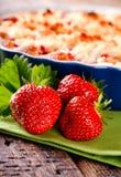 3 свежих красных клубники перед плодоовощ испекут на зеленом полотенце Стоковая Фотография RF