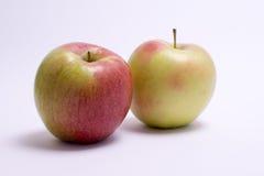 2 свежих яблока изолированного на белой предпосылке Стоковое Изображение RF