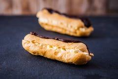 2 свежих cream eclairs шоколада Стоковое Фото