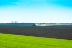 Свежо вспаханное поле готовое для засаживать и осеменять весной стоковое фото