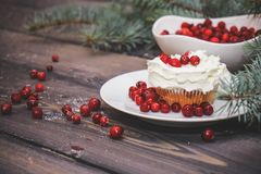 Свежо испекл торт на белой плите украшенной с красными ягодами и взбитой белой сливк с плитой покрытой с красными ягодами стоковая фотография