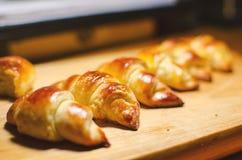 Свежо испеченные круассаны, выглядят впечатляющими и вкусными стоковое изображение rf