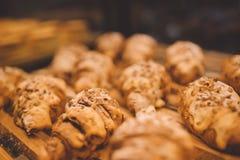 Свежо испеченные круассаны в магазине пекарни стоковое фото rf
