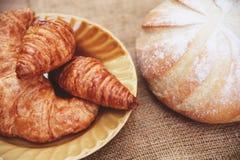 Свежо испеченные круассаны - хлеб пекарни на мешке в концепции еды завтрака таблицы домодельной стоковые изображения