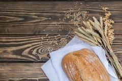Свежо испеченные продукты хлеба на деревянной предпосылке стоковые фото