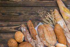 Свежо испеченные продукты хлеба на деревянной предпосылке стоковое фото rf