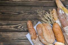 Свежо испеченные продукты хлеба на деревянной предпосылке стоковое фото