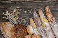 Свежо испеченные продукты хлеба на деревянной предпосылке стоковые фотографии rf