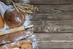 Свежо испеченные продукты хлеба на деревянной предпосылке стоковое изображение rf