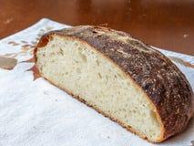 Свежо испеченный ломоть хлеба ремесленника стоковые изображения rf