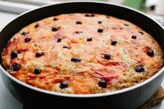 Свежо испеченный очень вкусный яблочный пирог Шарлотта blackcurrant охлаждает вниз в кулинарной форме стоковые фотографии rf