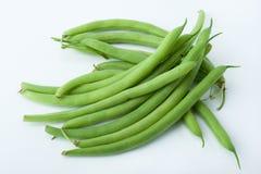 Свежо отрежьте зеленые фасоли сфотографированные на белой предпосылке стоковое изображение rf
