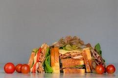 Свежо сделал гастроном ввести сэндвич в моду с салатом, несколько различных видов овощей, томатов, сыра, мяс подобных ветчине, стоковые изображения