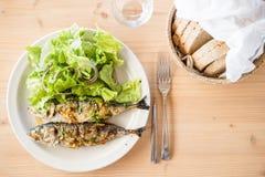 2 свежо barbecued сардины, который служат с хлебом стоковые изображения