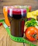 Свекла и овощ сока на борту Стоковые Изображения