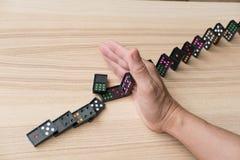 свергать стопа руки непрерывный, предотвращает эффект домино риск, failu Стоковое фото RF