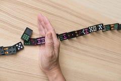 свергать стопа руки непрерывный, предотвращает эффект домино риск, failu Стоковые Фотографии RF