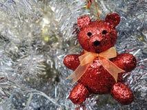 Сверкнать вися красный медведь на белой рождественской елке стоковое изображение rf
