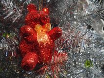 Сверкнать вися красный медведь на белой рождественской елке стоковая фотография