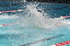 Сверкная выплеск от конкурсного пловца Стоковое фото RF