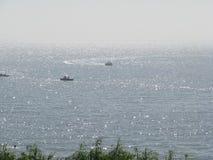 Сверкная море соединено с небом стоковое фото