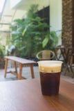 Сверкная нитро холодный кофе brew на кафе деревянного стола внешнем Стоковые Фотографии RF