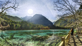 Сверкная озеро на долине Shuzheng Jiuzhaigou, Китая Стоковое Изображение