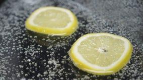 Сверкная сода и лимон в ем иллюстрация вектора