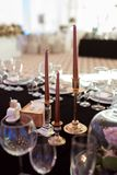 Сверкная стеклоизделие стоит на таблице подготовленной для wedding Оформление свадьбы, внутреннее празднично салаты сока виноград стоковые изображения