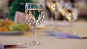 Сверкная стекло шампанского на таблице банкета видеоматериал