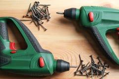 Сверла и ногти винта на деревянном столе Стоковое Изображение