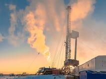 Сверлить нефтяную скважину в нефтяном месторождении нефти и газ в арктике стоковые изображения